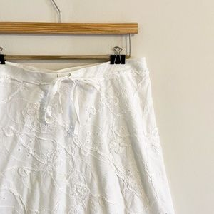 Drawstring white skirt with floral pattern